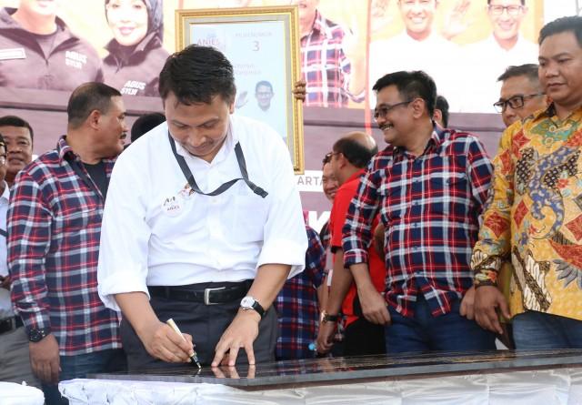 Penandatanganan Deklarasi Kampanye Damai oleh Timses Anies-Sandi, Mardani Ali Sera. Ahad (29/10).
