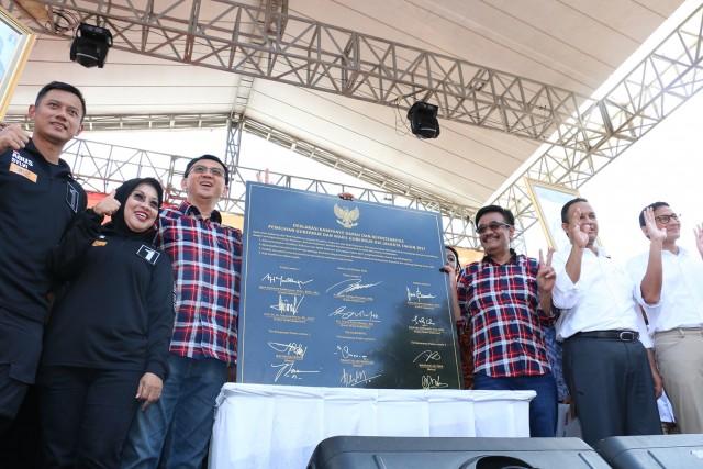 Foto bersama Deklarasi Kampanye Damai oleh semua Paslon. Ahad (29/10).