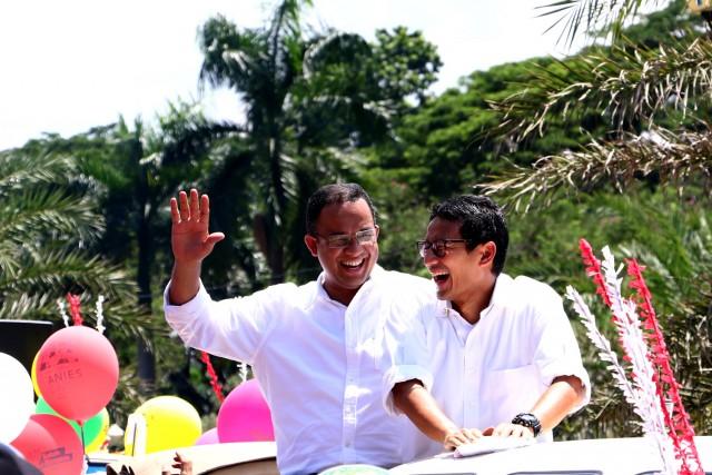 Keceriaan dan keharmonisan calon Gubernur dan wakil gubernur DKI Jakarta diatas VW Combi sebelum pawai.