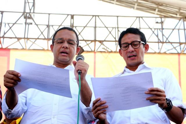 Anies dan Sandi dengan Hidmat membacakan teks deklarasi kampanye damai yang dipandu oleh petugas dari kpud dki jakarta.