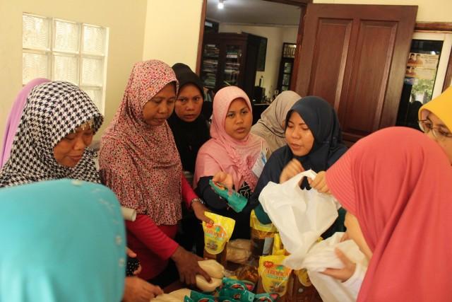 warga memenuhi stand sembako murah pada acara pelayanan kesehatan di Duren Sawit. Foto: Ndari