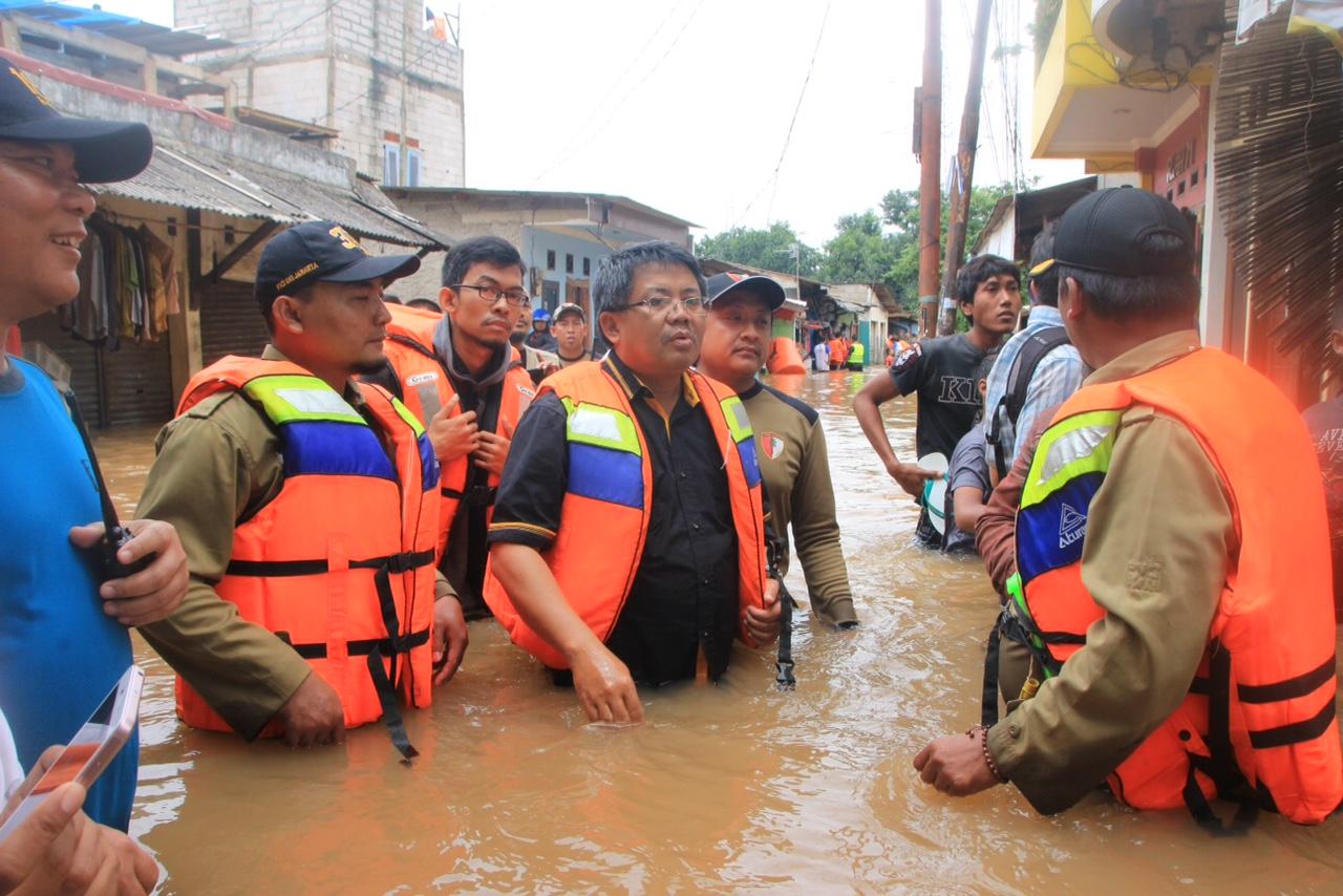 FOTO – Presiden PKS Kunjungi Korban Banjir di Cipinang Bali dan Cipinang Muara