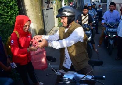 Naik Vespa, Anies Sarapan dan Belanja Kue Tradisional di Pasar Subuh Cinere