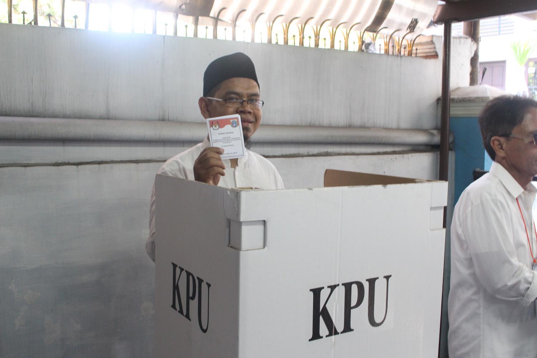 FOTO – Ketua DSD PKS Jakarta Barat Menggunakan Hak Pilihnya di TPS 04