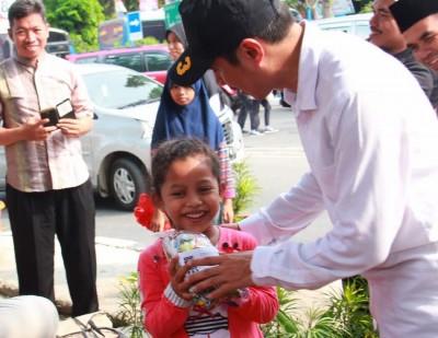 PKS Berbagi Bingkisan untuk Penumpang Bus Mudik