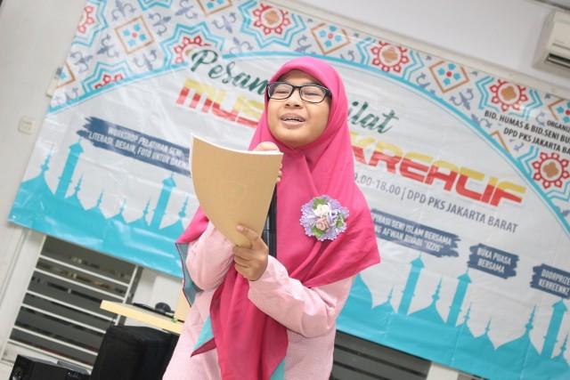 peserta membacakan puisi