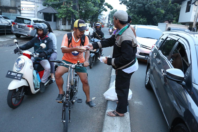 FOTO – DPRa PKS Bintaro Selenggarakan Takjil On The Road