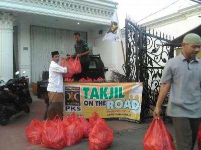 Jelang Berbuka, PKS Berbagi Ratusan Takjil di Rawa Belong
