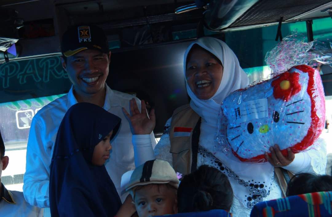 FOTO – PKS Berbagi Bingkisan untuk Penumpang Bus Mudik