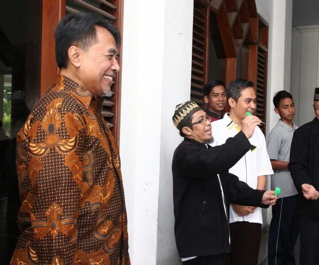 Keseruan ust. Dite Abimanyu bersama ust. Ahmad Adnan saat mencoba permainan dart pada HBH PKS Cipayung