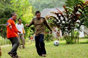 al-mansur-main-sepak-bola-bareng-pengurus-300x200